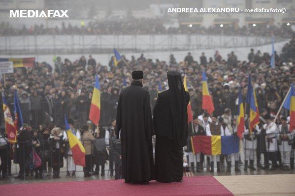 Credincioşi aşteaptă în faţa catedralei mediafaxfoto