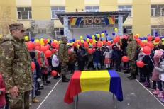"""Moment de NEUITAT pentru militari: Sute de COPII au cântat """"Treceţi, BATALIOANE ROMÂNE, Carpaţii"""" înarmaţi cu TRICOLORUL"""