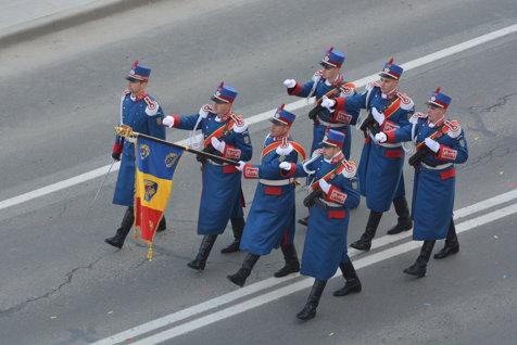 PARADA MILITARĂ de la ALBA IULIA. Peste 100.000 de români au ajuns în CETATEA UNIRII