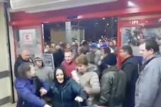 ÎMBULZEALĂ la deschiderea unui supermarket din Baia Mare. S-AU CĂLCAT în picioare pentru CARNE DE PORC