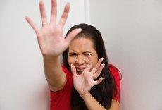Se întorc la AGRESOR, cedează AMENINŢĂRILOR, ascund DRAMA. Multe femei consideră normal un comportament ABUZIV din partea bărbatului şi suportă cu resemnare VIOLENŢA