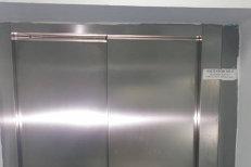 Păi ce.. nepoţii mei mănâncă PUFULEŢI? Sunt de familie bună! Scenă revoltătoare în liftul care duce la copiii bolnavi de CANCER