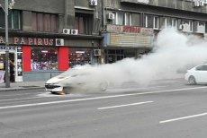 O maşină a luat FOC în centrul Bucureştiului. Traficul a fost DEVIAT