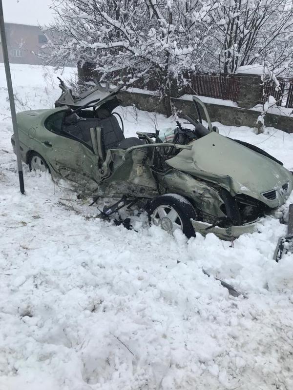 Două persoane au murit după impactul dintre un camion şi o maşină