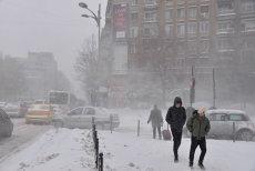 NINGE în România: Accidente, ambulanţă ÎMPOTOMOLITĂ în zăpadă şi curse aeriene ÎNTÂRZIATE