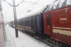 Trenul Timişoara-Bucureşti, BLOCAT 9 ORE la Orşova. Reacţiile călătorilor: FĂRĂ căldură, FĂRĂ apă şi FĂRĂ mâncare! Plătim, plătim şi tot plătim... CFR