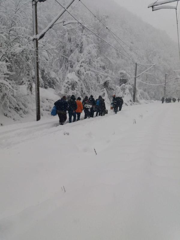 20 de pasageri dintr-un tren oprit în Hunedoara, salvați