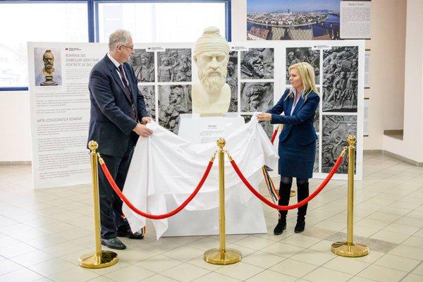 Un bust al lui Decebal în aeroportul din Cluj-Napoca
