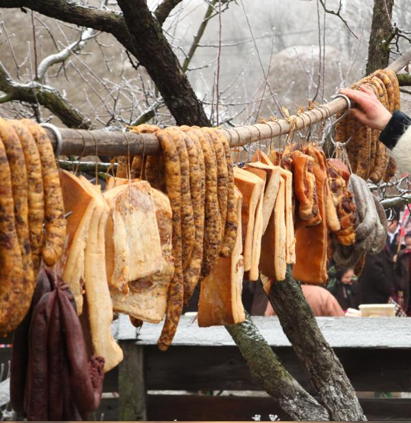 Pesta porcină nu îi sperie pe bistrițeni, care trimit produse tradiționale rudelor din străinătate