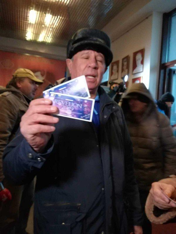 Zeci de pensionari au stat noaptea la coadă pentru bilete la Revelionul organizat de Primăria Galaţi