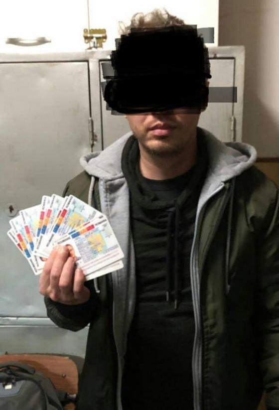 Bărbat cu 13 cărţi de identitate false, depistat de jandarmi