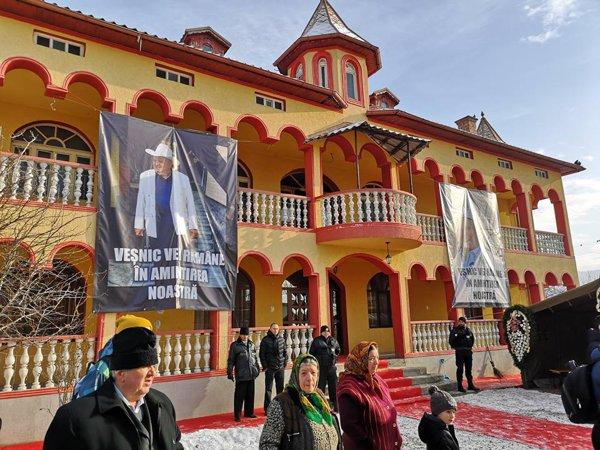 Lângă sicriul drapat cu steagul tricolor și cu steagul romilor au fost depuse coroane de flori, printre care una din partea premierului Viorica Dăncilă, cu mesajul