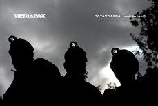 SUTE de mineri din Oltenia, în GREVĂ. Un lucrător a venit cu UN JUG la gât