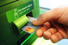 Un bancomat din Arad a fost ARUNCAT ÎN AER. Hoţii au reuşit să fure trei cutii metalice CU BANI