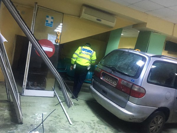 A trecut cu autoturismul prin uşile Secţiei de Urgenţe Spital Judeţean Craiova