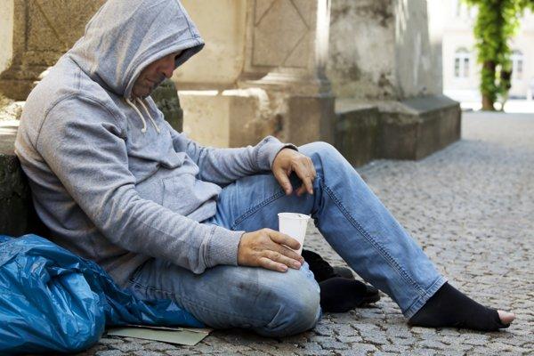 ROMÂNII SĂRACI din Italia vor primi O ALOCAŢIE lunară de 780 de euro
