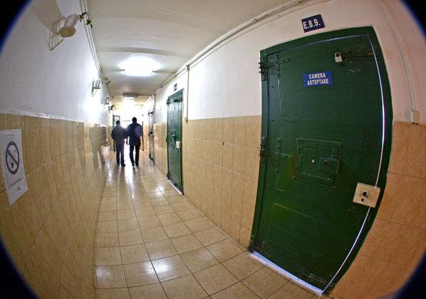 Deţinuţii unui penitenciar au vorbit de 900.000 de lei, aproape cât valoarea HRANEI
