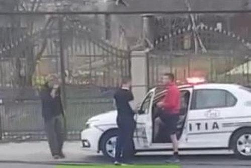 """Poliţist filmat în PANTALONI SCURŢI, în maşina de serviciu. Şofer: """"Puteam să refuz să-i prezint actele?"""""""