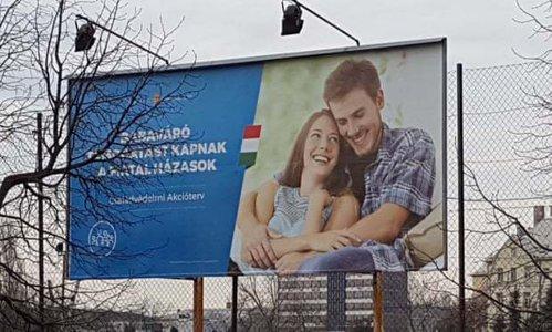 Vi se par CUNOSCUŢI tinerii din imagine? Guvernul Ungariei, ironizat pentru O GAFĂ legată de un panou publicitar care încurajează natalitatea