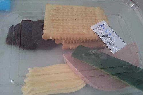 Mâncarea din spitale, o BĂTAIE DE JOC. O pacientă a arătat ce a primit la micul dejun: O jumătate de felie de parizer, margarină şi un sfert de castravete
