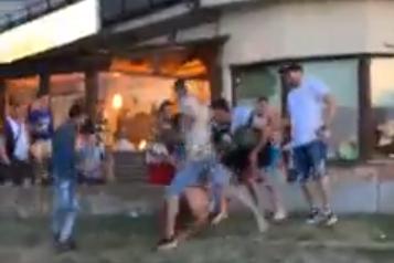 Scene de bătaie transmise live pe Facebook în Tulcea. Un bărbat a fost lovit cu bestialitate de cinci agresori, în faţa mulţimii de turişti - VIDEO