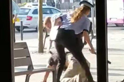 Reţinere dificilă la Cluj-Napoca: Doi poliţişti locali s-au chinuit minute în şir să îi pună cătuşele unui bărbat. Agenta l-a lovit cu pulanul peste fund pe suspect - VIDEO