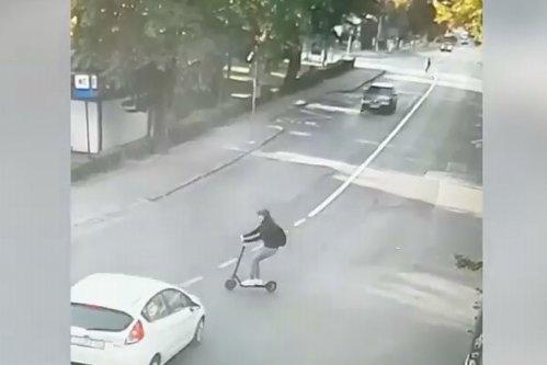 VIDEO: Momentul când o tânără din Cluj este lovită de o maşină după ce a intrat cu trotineta electrică în intersecţie fără să se asigure