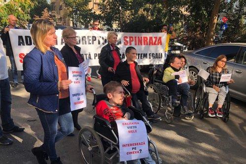 Protest în faţa CNAS: Bolnavii de amiotrofie musculară spinală îşi cer dreptul la tratament - FOTO / VIDEO