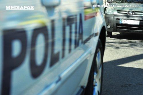 """Doi poliţişti au fost agresaţi în judeţul Vâlcea, după ce au urmărit un şofer şi au tras focuri de armă pentru a-l opri: """"I-au deposedat de arme şi i-au sechestrat"""" / Doi dintre agresori au fost prinşi"""