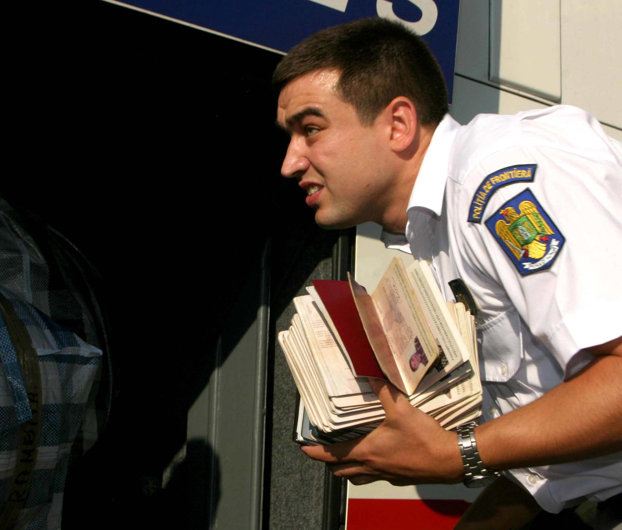 http://storage0.dms.mpinteractiv.ro/media/1/186/3927/2529431/1/vama-control-pasapoarte-rom.jpg