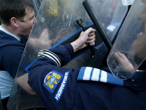 http://storage0.dms.mpinteractiv.ro/media/1/186/3927/5147843/1/jandarmi-proteste-604-adi-piclisan.jpg