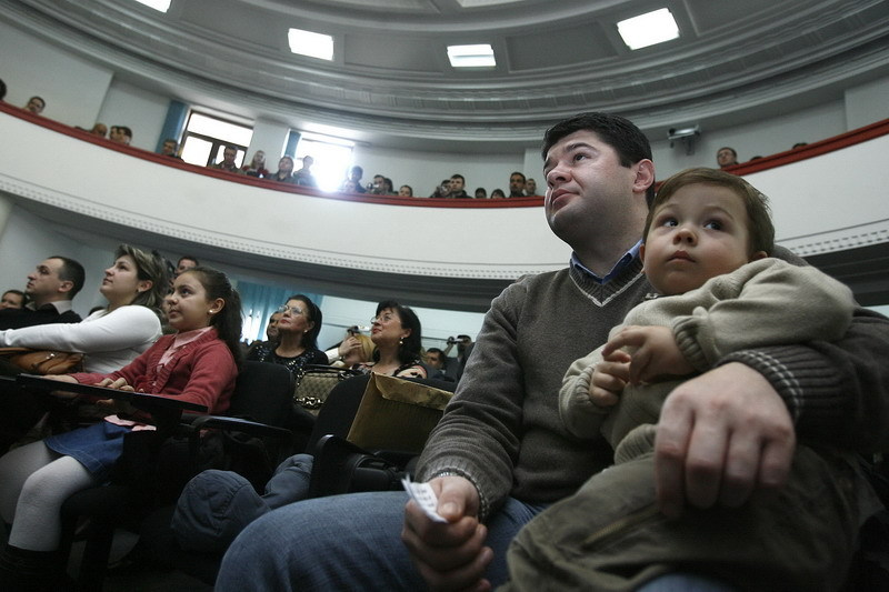 Băsescu vrea să adopte, lunar, 10.000 de basarabeni. Gândul a fost azi la botezul a 300 dintre ei: de ce rămân studenţii moldoveni în România