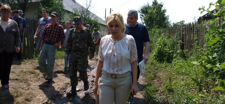 VIDEO Elena Udrea a împărţit sinistraţilor din Săuceşti ciocolată şi pantofi negri cu toc: