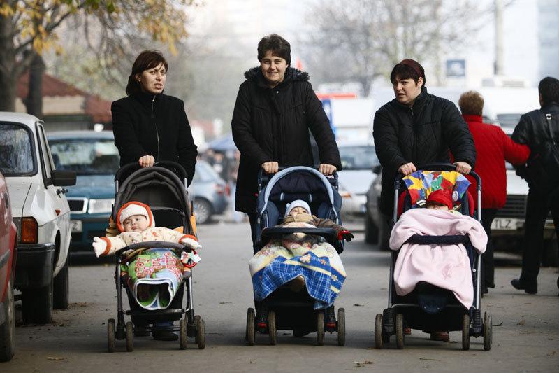 Indemnizaţia pentru mame: Mai sunt trei variante în lucru. Plafonul minimal rămâne de 600 de lei. FMI nu a fost de acord cu compensarea de 500 de lei