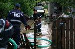 Gospodării inundate în Suceava, după o ploaie torenţială cu grindină