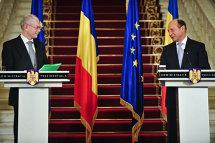 Traian Băsescu îi conferă
