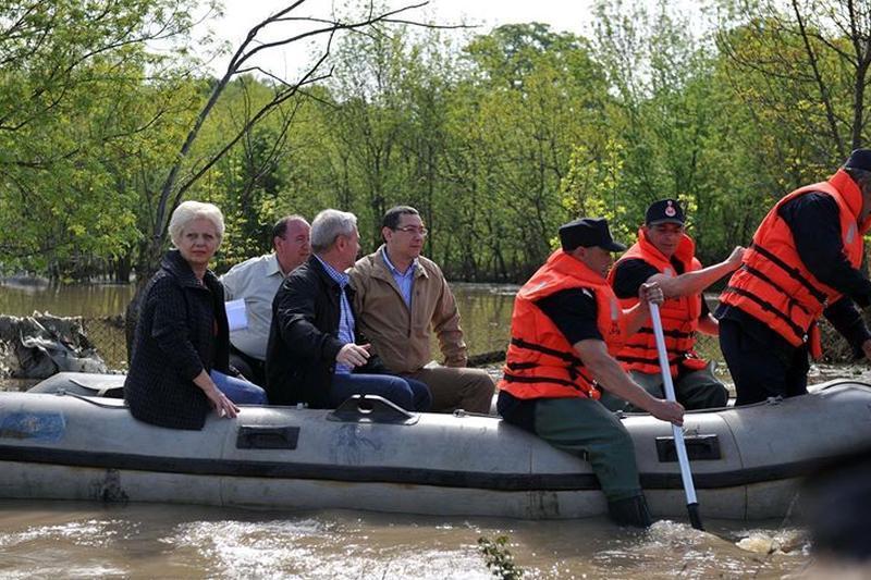 """TREI ÎNTR-O BARCĂ. Victor Ponta, către ministrul Apelor: """"CE FACI, FĂ, DOINA? Aveai chef de nişte inundaţii?"""". Dragnea ia la inspecţie pantofii funcţionarilor"""