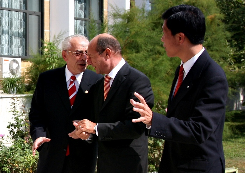 Basescu il decoreaza pe Vacaroiu