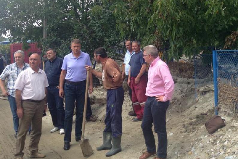Prezidentiabilul Iohannis a ajuns ,,la inundatii