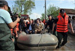 """Cum s-a dat azi în bărci Victor Ponta cu ţăranii loviţi în aprilie de inundaţii: """"Data viitoare, când vin, să nu vă mai găsesc în apă, ci în vin şi ţuică"""""""