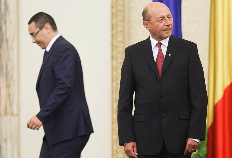 Ponta face lista cartilor favorite si il provoaca pe Basescu: