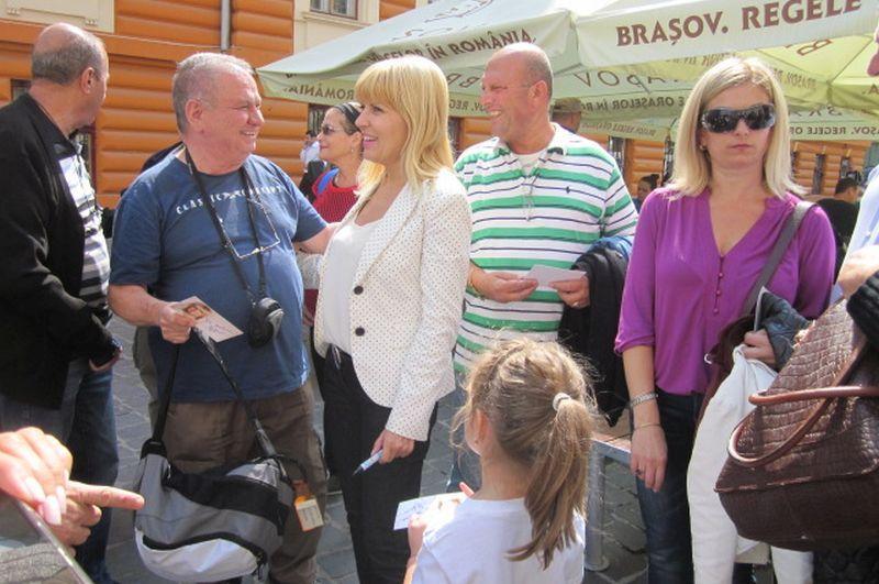 Elena Udrea, prima descindere electorala la Brasov. Cum s-a ales cu o poseta mov la outlet, plus un carnat, mici si o halba cu bere la Oktoberfest