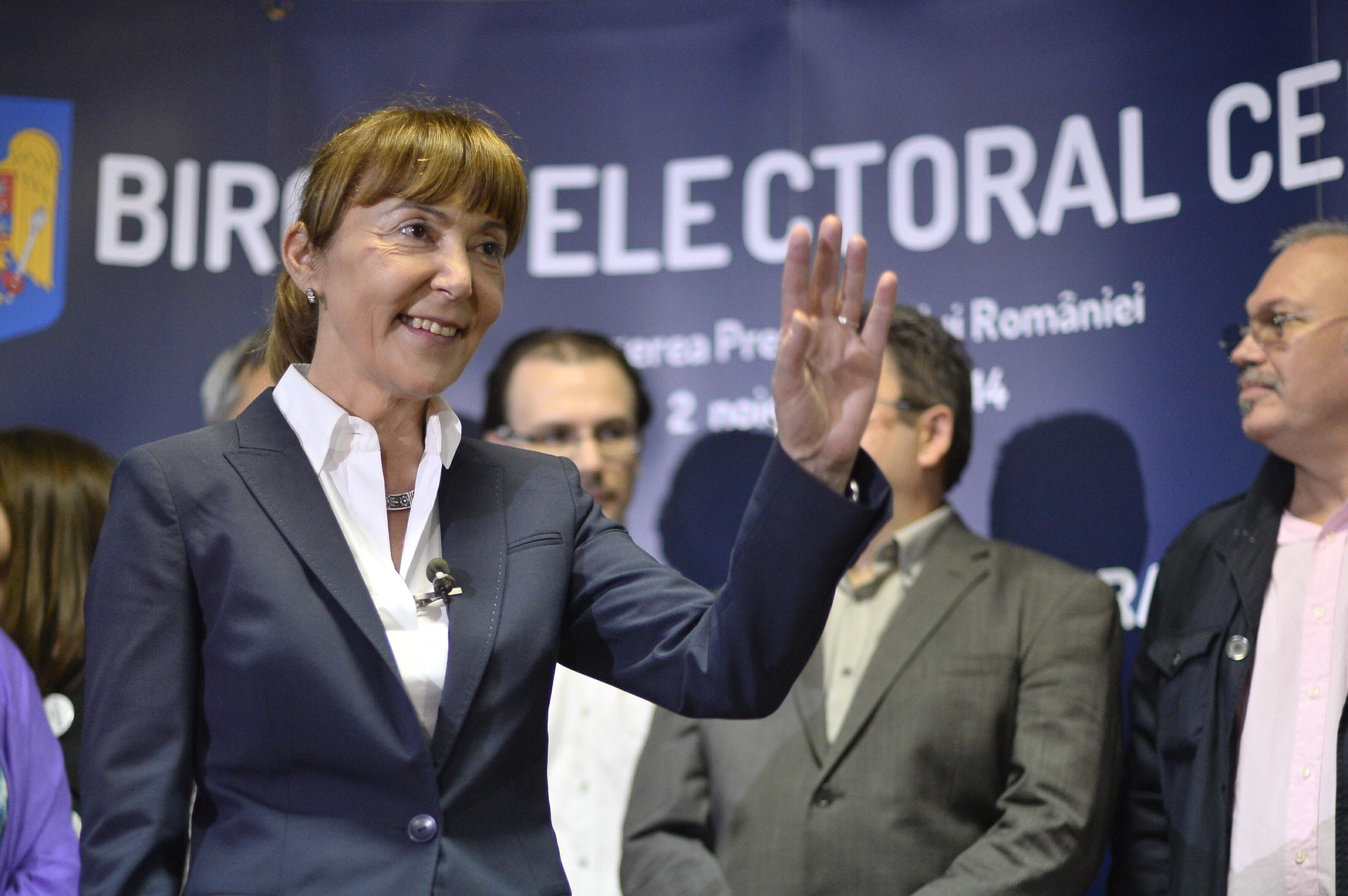 Monica Macovei si-a depus candidatura la prezidentiale: Le-am adus popcorn lui Ponta si o oglinda lui Iohannis