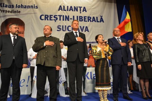 Iohannis, primit la Suceava de liderii ACL imbracati in costume de silvicultori bavarezi. PLUS Surpriza muzicala pregatita de Ludovic Orban