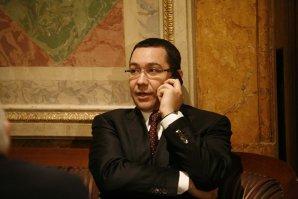 De ce ţine Victor Ponta ACEASTĂ POZĂ în telefonul mobil? Vedeţi în articol fotografia compromiţătoare