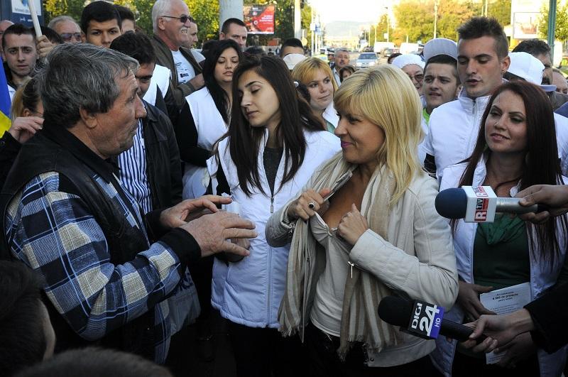 Gestul NECONTROLAT pe care Elena Udrea l-a facut in fata unui alegator. Ce a urmat