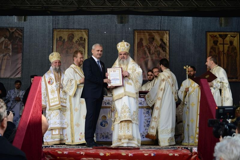 """""""Vrednic este"""". Liviu Dragnea a primit ordinul """"Sfinţii Martiri Brâncoveni"""" din partea patriarhului Daniel"""