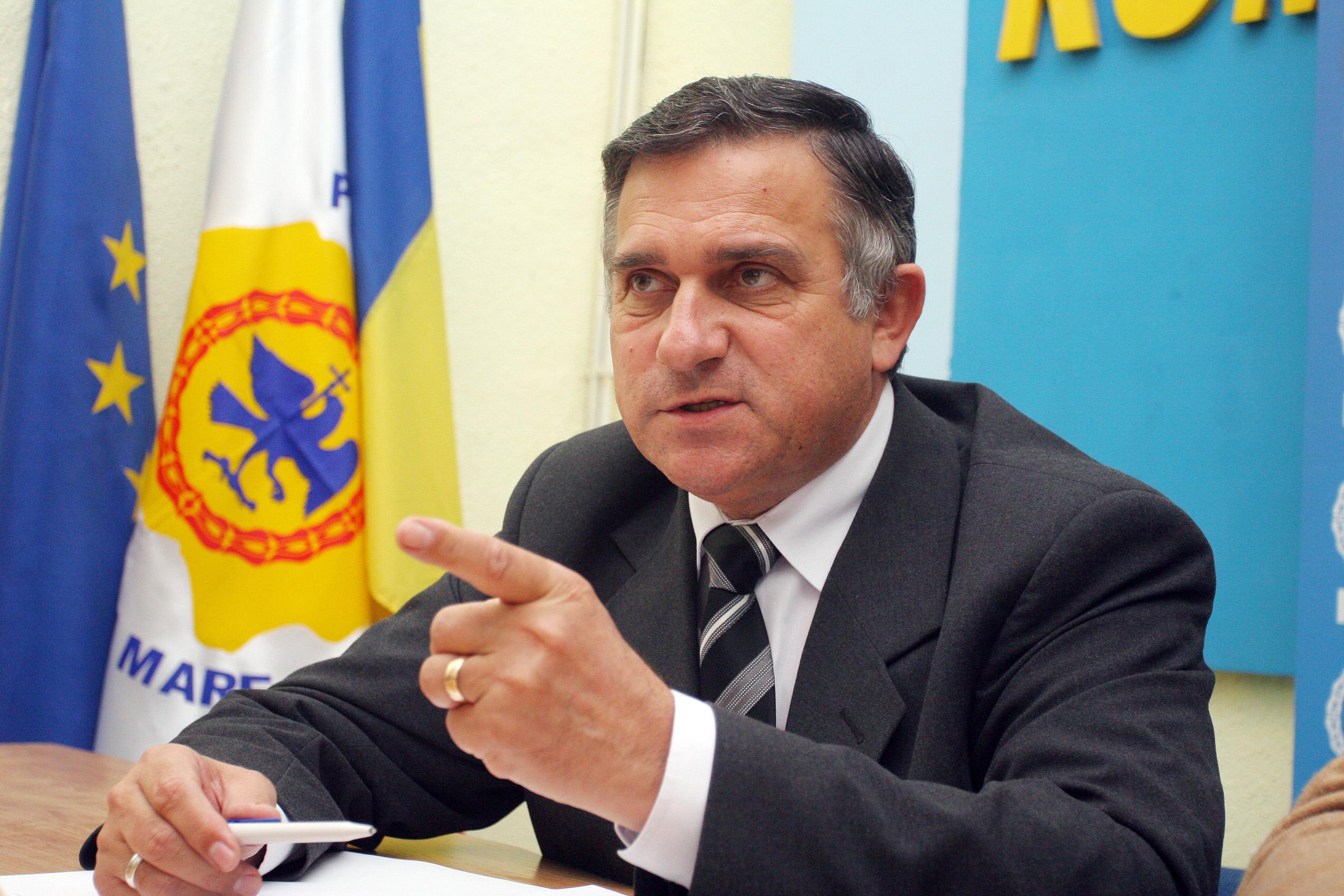 Un autoturism cu afisele electorale ale lui Gheorghe Funar, la sediul DNA