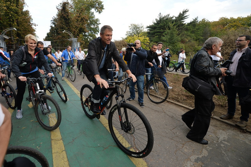 Iohannis, campanie electorala pe bicicleta
