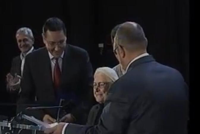 Cel mai STANJENITOR moment pentru Victor Ponta. Ce a facut aceasta bunica atunci cand a fost pusa sa spuna ca voteaza cu Victor Ponta